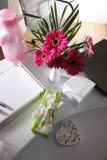 Vase à présent et à fleur sur la table de bureau Photographie stock