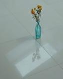 Vase à turquoise sur le plancher blanc Photographie stock