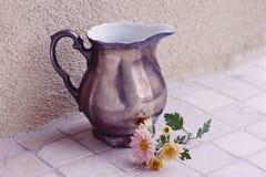 Vase à vintage avec les fleurs roses Images stock