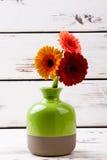 Vase émaux avec des gerberas Photos libres de droits