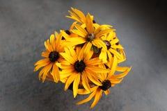vase λουλουδιών κίτρινο Στοκ φωτογραφία με δικαίωμα ελεύθερης χρήσης