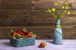 Vase με τα wildflowers Ένα καλάθι των φραουλών Μια φράουλα είναι στον πίνακα νεολαίες ενηλίκων Στοκ εικόνες με δικαίωμα ελεύθερης χρήσης
