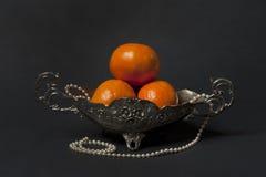 Vase argenté avec des mandarines Image libre de droits