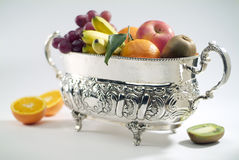 Vase argenté avec le fruit Image libre de droits