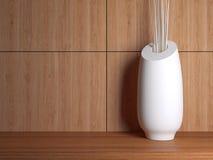 Vase auf dem hölzernen Regal Lizenzfreie Stockfotos
