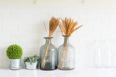 Vase auf dem Tisch im Raum Lizenzfreie Stockfotos