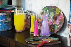 Vase avec de l'eau coloré palette Humeur créative L'atmosphère artistique Photo libre de droits