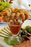 Vase avec des crevettes roses de tigre Images libres de droits