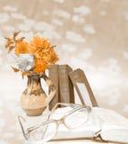 Vase avec des fleurs, livres bleus, verres, livres ouverts sur le fond bleu-clair Carte postale d'éducation Photo libre de droits