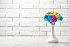Vase avec les fleurs roses d'arc-en-ciel étonnant Photographie stock libre de droits