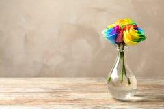 Vase avec les fleurs roses d'arc-en-ciel étonnant Images libres de droits