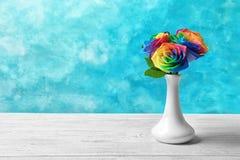 Vase avec les fleurs roses d'arc-en-ciel sur la table Photos stock
