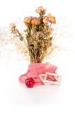 Vase avec les fleurs sèches et les pommes d'isolement Images stock