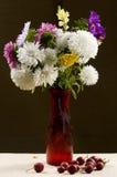 Vase avec un bouquet d'aster multicolore Photo stock