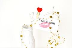 Vase blanc avec la branche et carte avec le baiser de rouge à lèvres et les mots je t'aime Mariage, fond de Saint-Valentin Photo stock