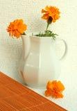 Vase blanc avec les fleurs jaunes Images libres de droits