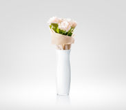 Vase blanc vide avec la maquette de conception de bouquet de fleurs, chemin de coupure Photographie stock libre de droits