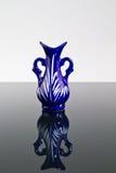 Vase bleu sur un miroir II photos libres de droits