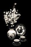 Vase Blumen und Tassen Tee Stockbilder