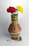 Vase coloré à poterie avec la fleur deux sur le fond blanc Photographie stock