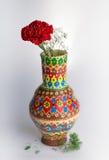 Vase coloré à poterie avec la fleur rouge sur le fond blanc Photographie stock
