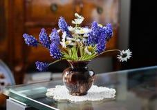 Vase démodé de la grand-maman le petit avec peu de ressort des fleurs Image stock
