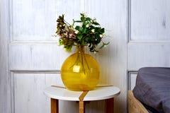 Vase de fleurs rouges dans le salon blanc moderne - esprit à la maison de décor images stock