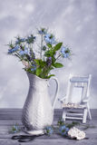 Vase de fleurs sauvages Photographie stock libre de droits