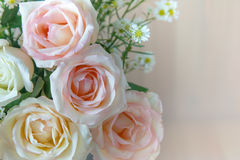 Vase de roses de bouquet au seau en aluminium et au coeur éclatant rouge avec le chandelier blanc sur le fond rose Images stock