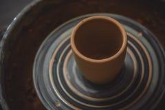 Vase de roue fraîche du ` s de potier de pirouette de tour d'argile Images stock
