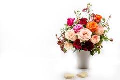 Vase des Rosenblumenstraußes auf weißem Hintergrund Lizenzfreie Stockbilder