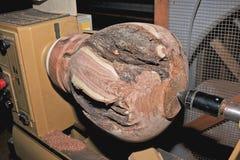 Vase en bois à mesquite sur le tour en bois Photographie stock libre de droits