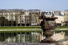 Vase en bronze dans des jardins de Versailles Photo stock