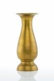Vase en laiton grunge rouillé antique sur le fond blanc photographie stock