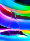 Vase en verre avec des étincelles et des vagues de lumière Photographie stock