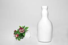 Vase et fleurs blancs Photographie stock libre de droits