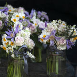 vase för tabell för hyacint för bukettgarnering äta middag glass bukett av den vita pingstliljan i vasnolla Arkivbild