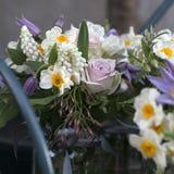 vase för tabell för hyacint för bukettgarnering äta middag glass bukett av den vita pingstliljan i vasnolla Fotografering för Bildbyråer