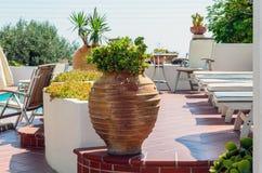 Vase grec traditionnel sur la terrasse de l'île de Santorini Image libre de droits