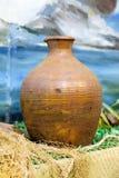 Vase handcrafted traditionnel de couleur brune sur la table Photographie stock libre de droits