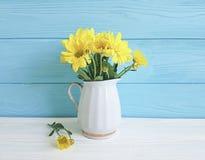 Vase jaune à chrysanthème sur vibrant blanc et bleu photographie stock