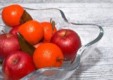 Vase mit Äpfeln und Mandarine stockbild