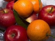 Vase mit Äpfeln und Mandarine lizenzfreie stockfotos
