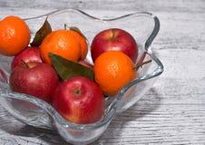 Vase mit Äpfeln und Mandarinen stockfotografie