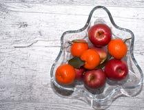 Vase mit Äpfeln und Mandarinen lizenzfreies stockfoto