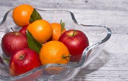 Vase mit Äpfeln und Mandarinen lizenzfreie stockfotografie