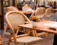 Vase mit Blumen auf der Tabelle im Kaffee Stockfotografie