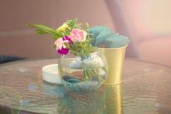 Vase mit Blumen auf einer Tabelle in einem Straßencafé Restaurant, Cafékonzept Sommerhintergrund Lizenzfreie Stockfotografie