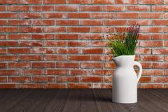 Vase mit Blumen auf Ziegelsteinhintergrund stock abbildung
