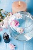 Vase mit Blumen, Kerze und Flasche Stockbilder